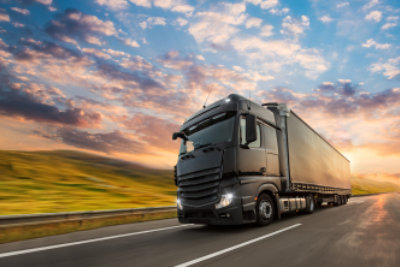 高速道路、貨物輸送の概念上のコンテナーとトラック